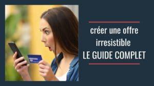créer une offre irresistible femme qui regarde son téléphone avec une carte de crédit
