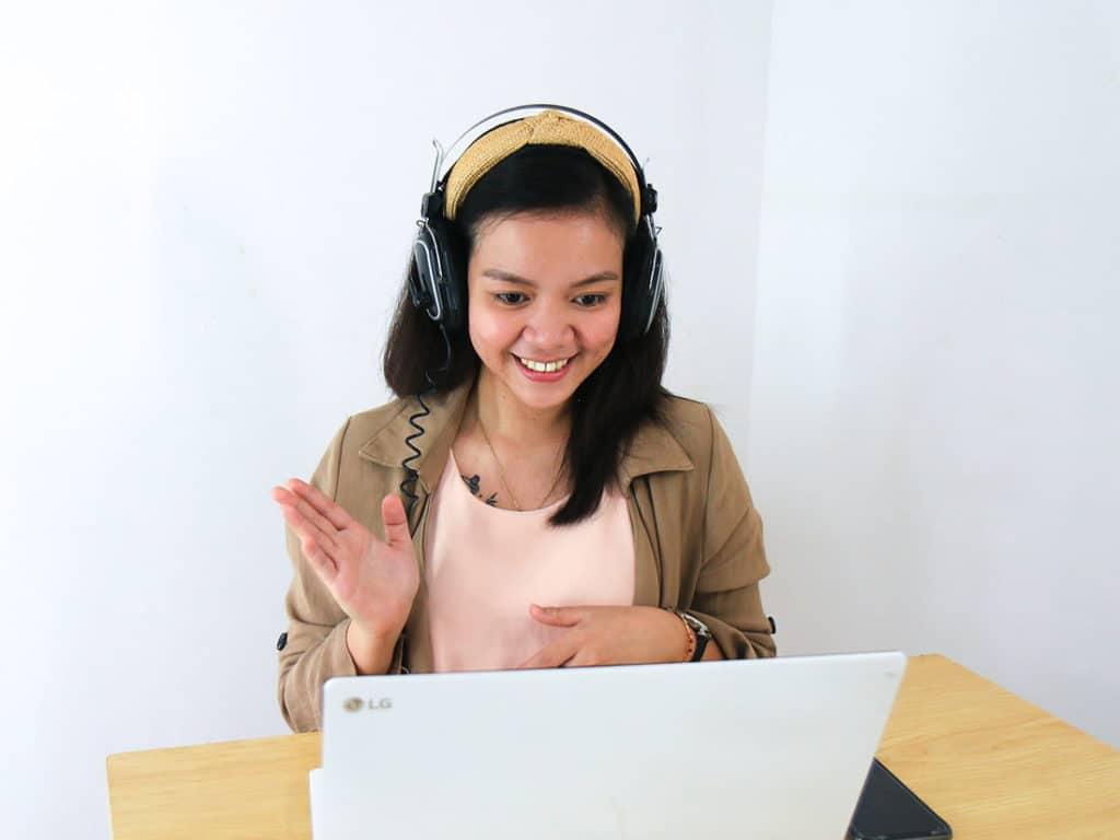 femme visio conférence et ordinateur pour créer son offre irrésistible de formation