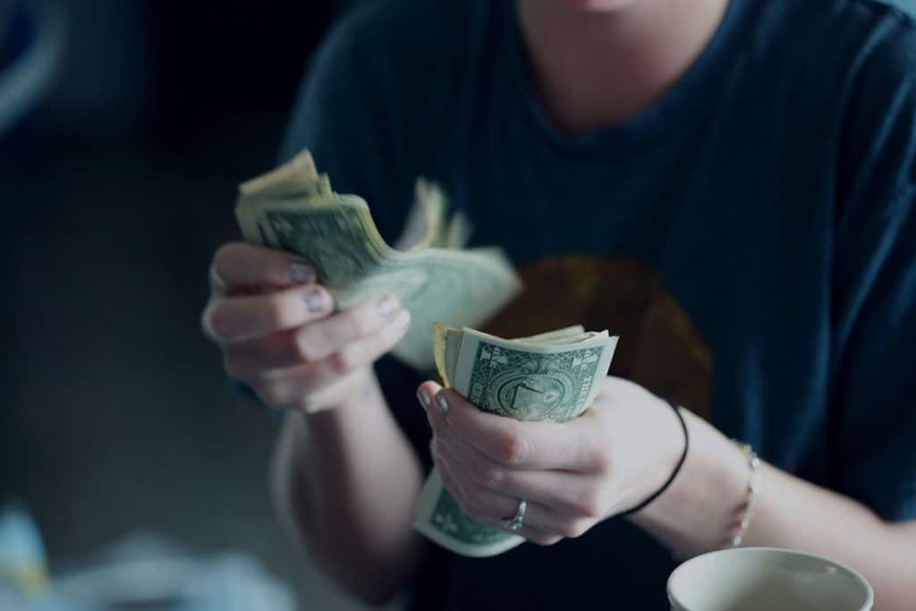 Femme comptant son argent gagné comme coach de vie